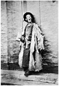 图2-1 清同治年间北京城守门的更夫