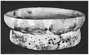 龙穴遗址出土的彩陶圈足盘